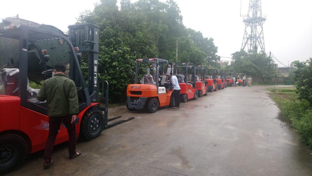 Xe nâng 3.5 tấn tại kho Bình Minh