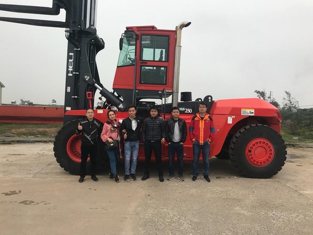 Bàn giao xe nâng hàng 20-25 tấn Heli về Hà Tĩnh